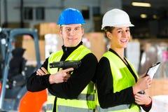 Driver e supervisore del carrello elevatore al magazzino Fotografia Stock Libera da Diritti