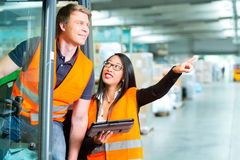Driver e supervisore del carrello elevatore al magazzino Fotografia Stock