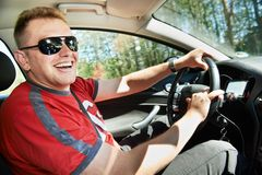 Driver felice che conduce automobile Immagine Stock