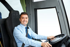 Driver felice che conduce bus interurbano immagini stock