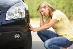Driver femminile analizzato sulla strada campestre Fotografie Stock Libere da Diritti