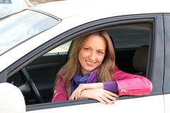 Driver femminile che si siede in automobile Immagine Stock