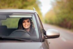 Driver femminile felice su un viaggio stradale di vacanze estive fotografia stock