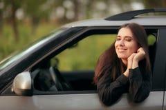 Driver femminile felice su un viaggio stradale di vacanze estive fotografie stock libere da diritti