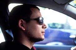 Driver freddo con gli occhiali da sole Fotografie Stock Libere da Diritti