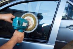 Driver Glass polering för bil med fungera som buffert bearbetar med maskin Arkivfoto