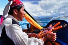 Driver indigeno quechua della barca dal Titicaca fotografia stock