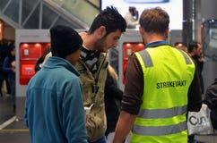 Driver norvegese notevole del treno che assiste i viaggiatori Immagini Stock
