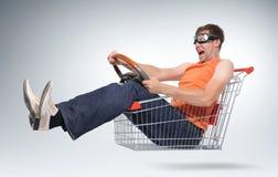 Driver pazzesco irreale in un acquisto-carrello con la rotella immagine stock libera da diritti