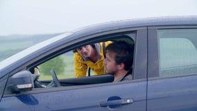 Driver Picking sull'autostoppista in campagna video d archivio