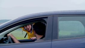Driver Picking sull'autostoppista in campagna archivi video