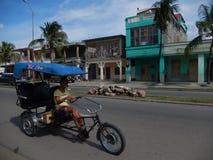DRIVER SORRIDENTE DI BICITAXI, CIENFUEGOS, CUBA Immagine Stock Libera da Diritti
