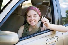 Driver teenager con i tasti dell'automobile Fotografia Stock