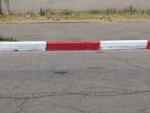 Driveway, πεζοδρομίων και συγκρατήσεων κόκκινος-λευκό Στοκ φωτογραφία με δικαίωμα ελεύθερης χρήσης