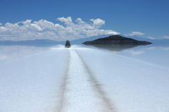 Driving through salar de uyuni Royalty Free Stock Photography
