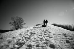 Drivings von einem Hügel im Winter Lizenzfreie Stockbilder