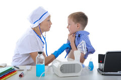 Drktor toma a un pequeño paciente. Fotos de archivo libres de regalías