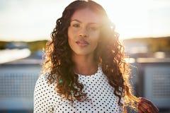 Drömlik ung kvinna backlit av resningsolen Royaltyfria Bilder