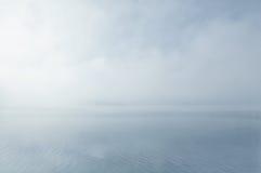 drömlikt dimmigt landskapvatten Arkivfoton