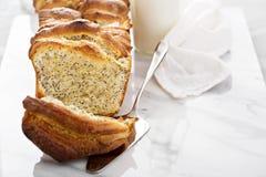 Drożdżowego ciągnienia w oddaleniu słodki chleb z kremowym serem Obrazy Royalty Free