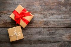 Drobnicowi prezentów pudełka na tle Zdjęcia Stock