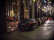 Drodzy samochody przy wejściem Ritz Carlton Moskwa z widokiem na Tverskaya ulicie Obrazy Royalty Free
