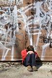 Droefheid van meisje op de straat stock afbeeldingen
