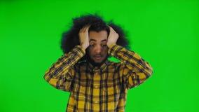 Droevig Afro-Amerikaans die Mensengevoel op het groene scherm of chroma zeer belangrijke achtergrond wordt verstoord die camera k stock videobeelden