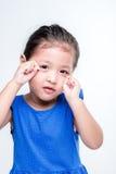 Droevig Aziatisch meisje headshot op witte achtergrond stock afbeelding