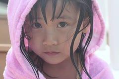 Droevig Aziatisch meisje met kap Stock Foto's