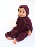 Droevig babymeisje in moslimkleding Royalty-vrije Stock Fotografie