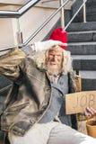 Droevig bejaarde die werkloos zijn royalty-vrije stock afbeelding