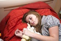 Droevig eenzaam kind Stock Foto's