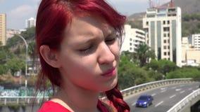Droevig en Gedeprimeerd Meisje op Stedelijk Gebied stock footage