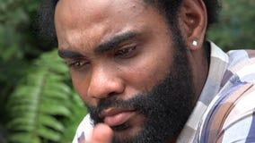Droevig en Ongerust gemaakt Afrikaans Volwassen Mannetje stock videobeelden