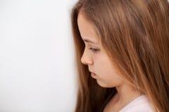 Droevig en peinzend jong tienermeisje royalty-vrije stock afbeelding