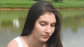 Droevig Gedeprimeerd Eenzaam Tienermeisje stock videobeelden