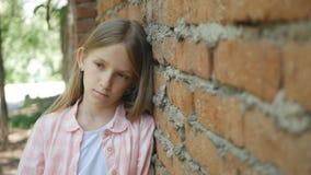 Droevig Gedeprimeerd Kind die Meisjesportret in camera, Bored, Ongelukkig Jong geitjegezicht kijken royalty-vrije stock afbeeldingen