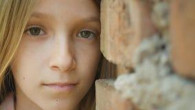 Droevig Gedeprimeerd Kind die Meisjesportret in camera, Bored, Ongelukkig Jong geitjegezicht kijken stock fotografie