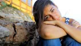 Droevig gedeprimeerd meisje die op rotsen schreeuwen stock video