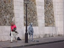 Droevig het leven beeldhouwwerk en een voorbijgaande toerist Parijs, 05 Frankrijk-Augustus, 2009 royalty-vrije stock foto's