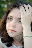 droevig hoofdpijnmeisje Stock Foto's