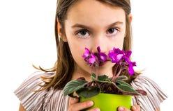 Droevig jong de bloempot van de meisjeholding het rouwen familieverlies royalty-vrije stock foto