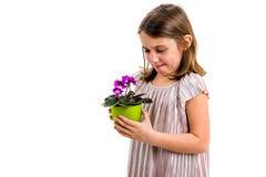 Droevig jong de bloempot van de meisjeholding het rouwen familieverlies stock afbeelding