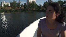 Droevig jong meisje die in een boot roeien stock video