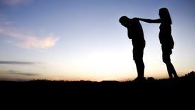 Droevig jonge die mensensilhouet bij zonsondergang ongerust wordt gemaakt stock foto's