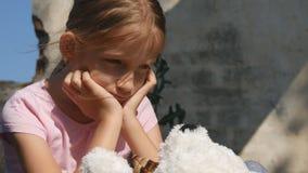 Droevig kind dat in ru?nes, ongelukkig verdwaald meisje, gedeprimeerd slecht jong geitje, daklozen wordt verlaten stock videobeelden