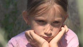 Droevig kind dat in ru?nes, ongelukkig verdwaald meisje, gedeprimeerd slecht jong geitje, daklozen wordt verlaten stock footage