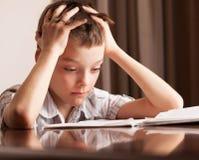 Droevig kind die thuiswerk doen Royalty-vrije Stock Afbeeldingen
