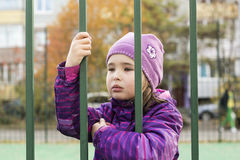Droevig kind in gevangenis Stock Foto's